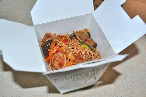 Еда из коробочки на блюдечке