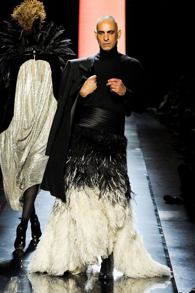 Новая коллекция Jean Paul Gaultier: мужчины в перьях и юбках