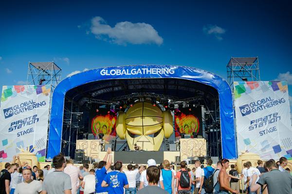 На аэродроме Чайка прошел британский фестиваль Global Gathering