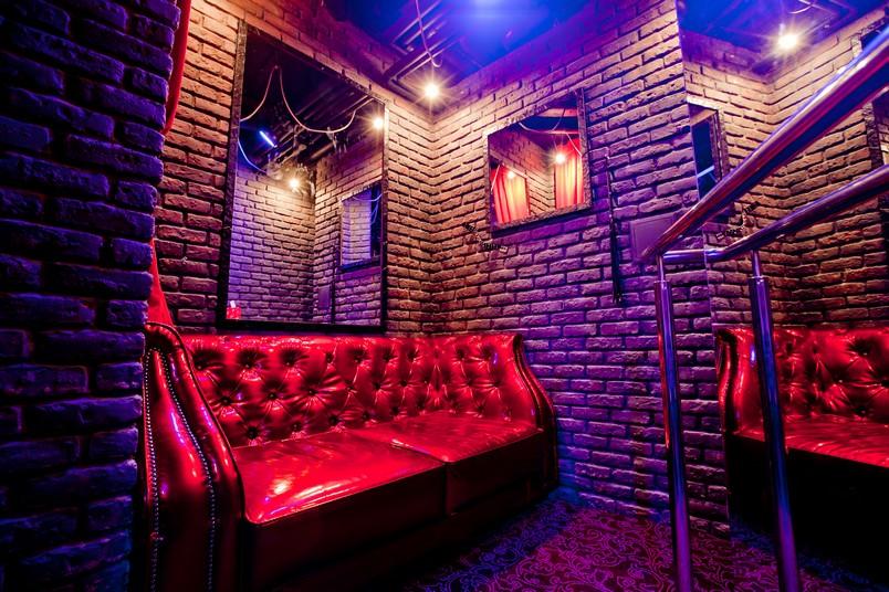 залез своего приватная комната в стриптиз клубе если